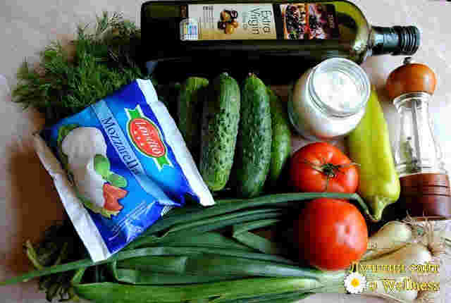 Весенний витаминный сала с моцареллоей и оливковым маслом