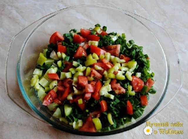 Весенний витаминный салат с моцареллоей и оливковым маслом