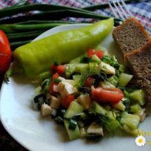 Весенний витаминный салат с моцареллой и оливковым маслом