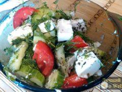 Легкий летний салат из помидоров и огурцов с сыром фета