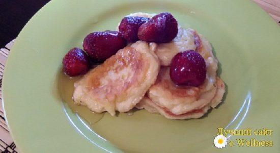 Нежные яблочные оладьи на кефире с клубникой и медом — пошаговый рецепт с фото