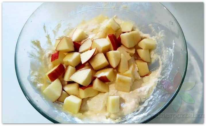 Добавляем яблоки в творожную массу